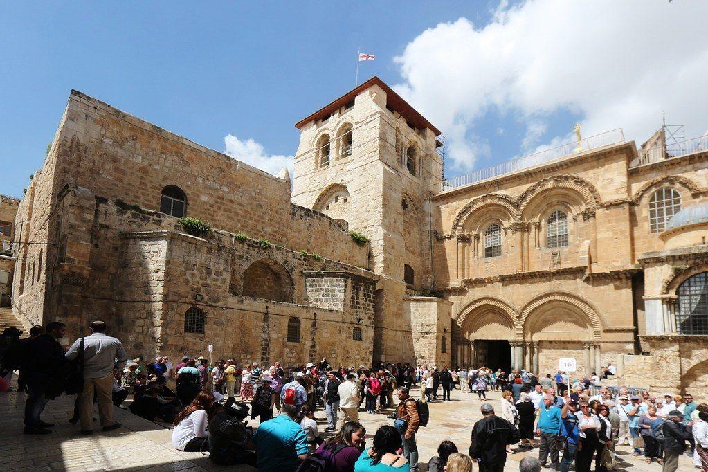 fachada iglesia con gente
