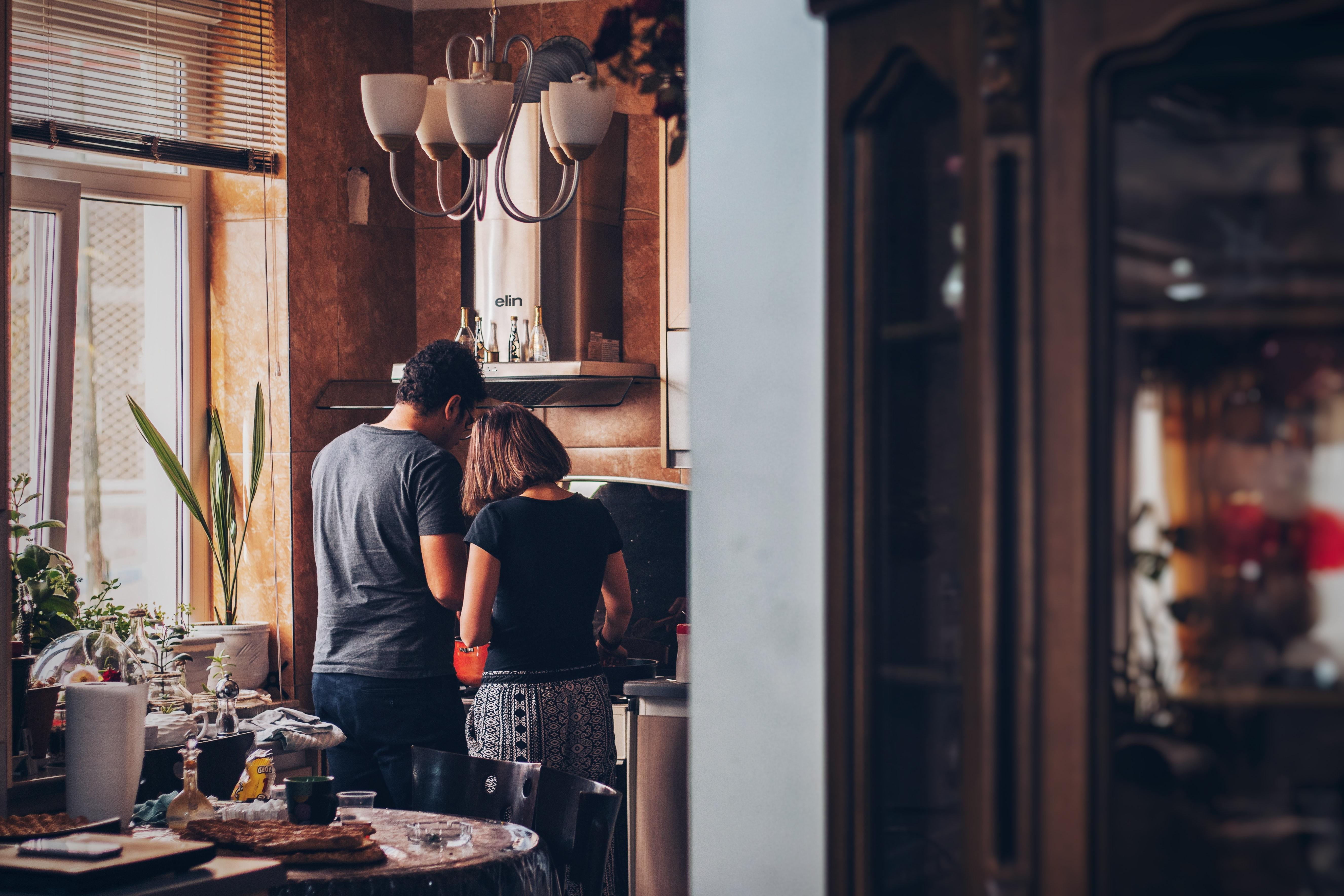 pareja en casa cita romántica