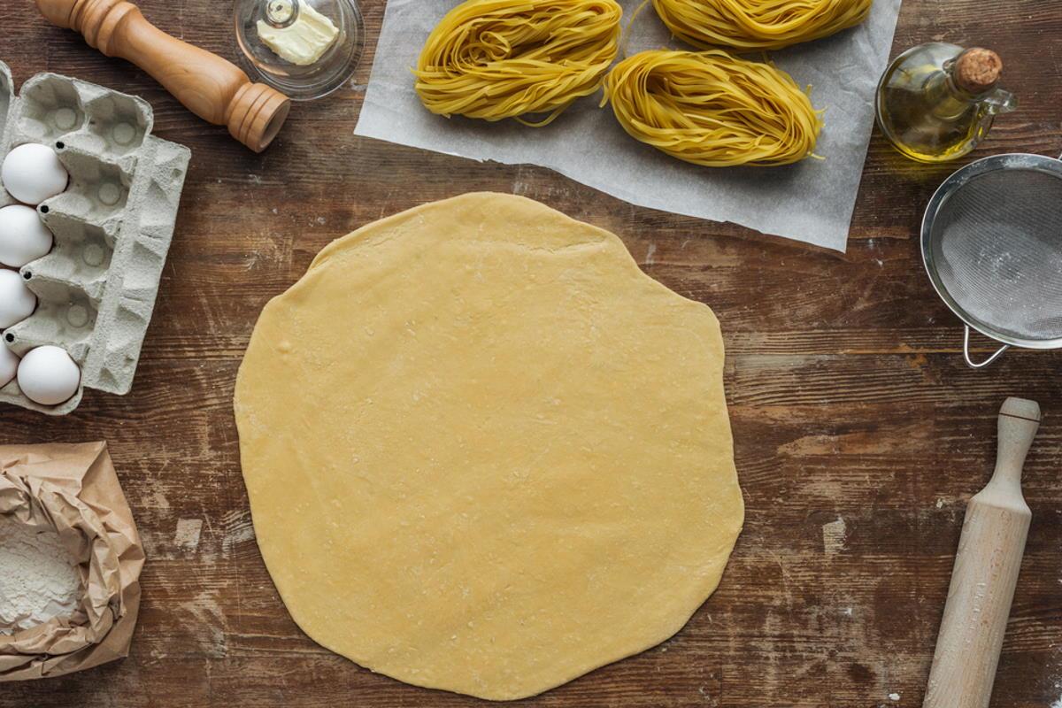 masa estirada en círculos para tarta napoleón