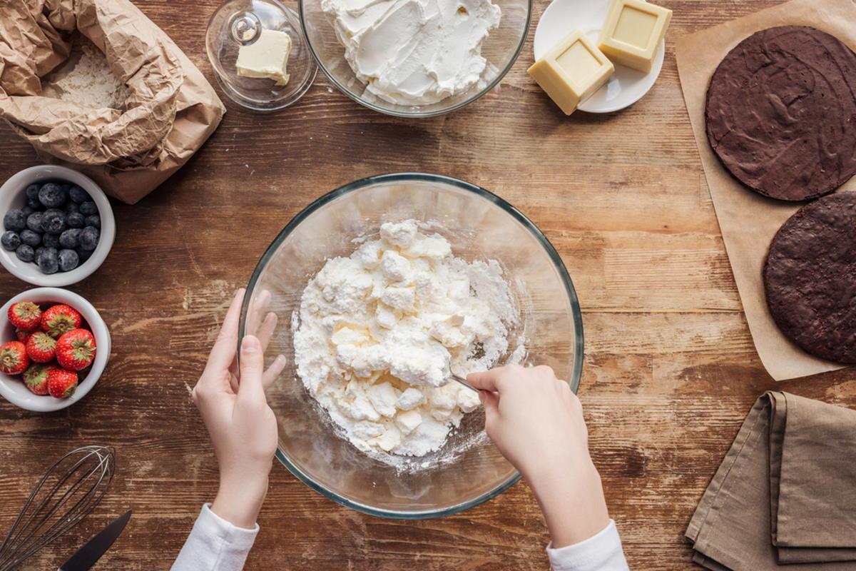 tamizar harina para hacer repostería