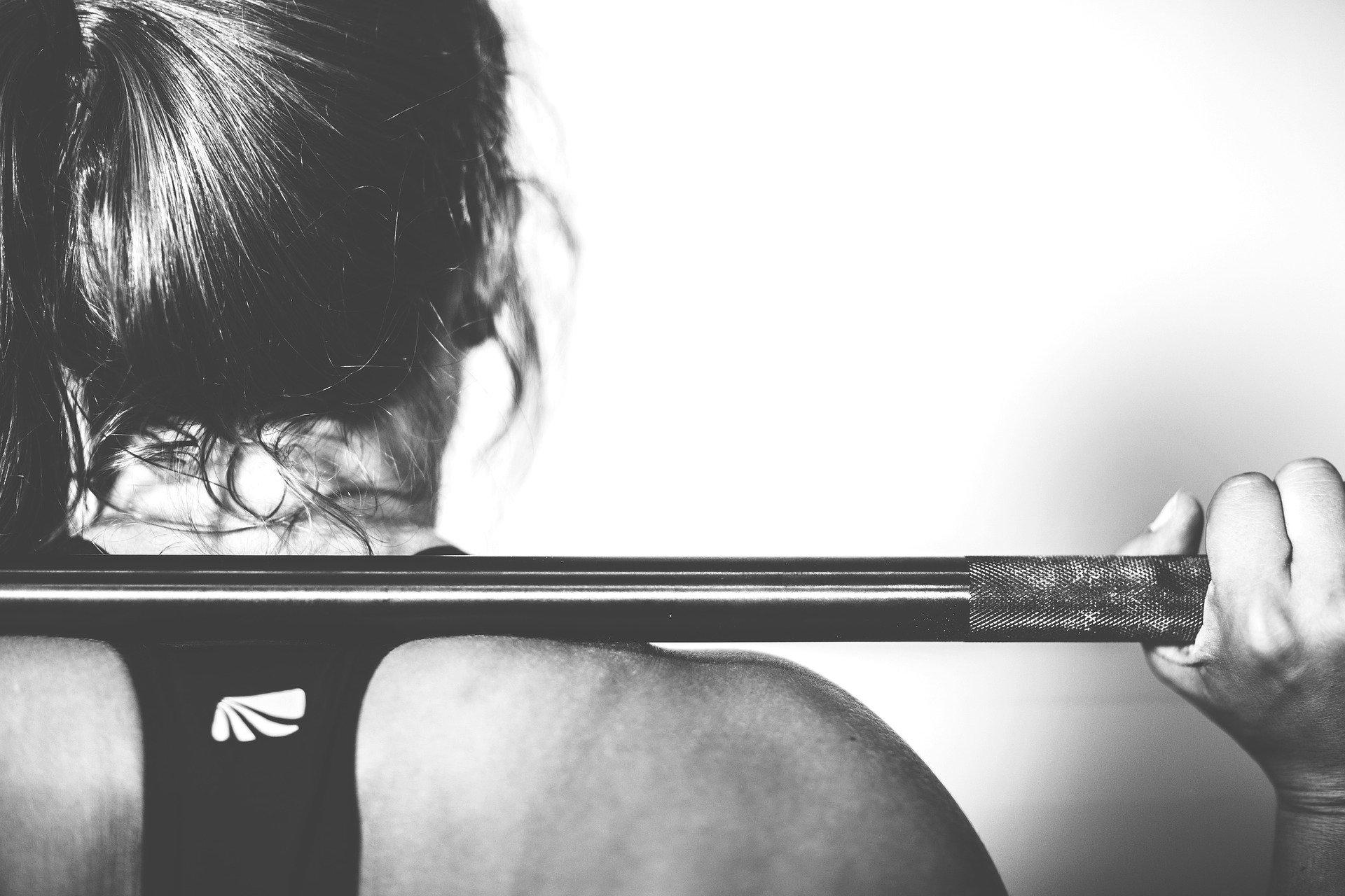 mujer levantamiento pesas
