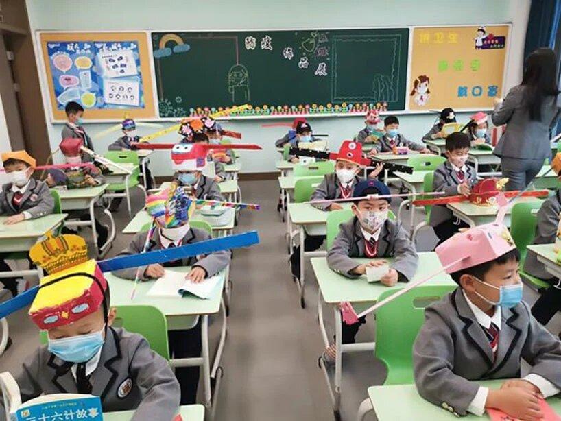niños con sombreros