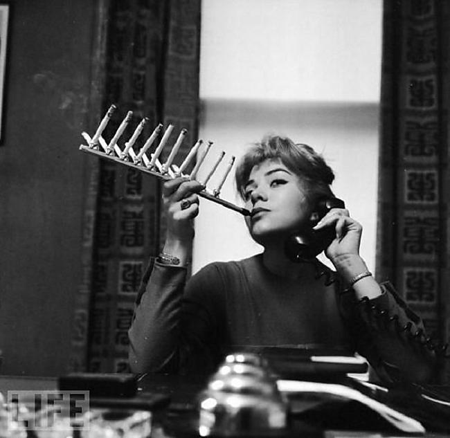 aparato extraño para fumar cigarros