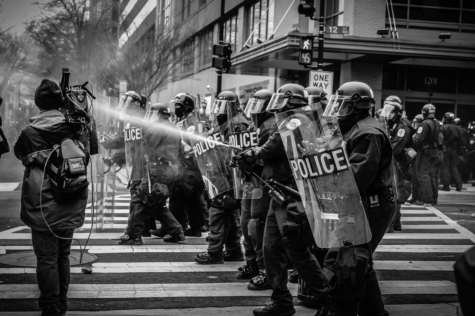 polis antidisturbios manguera