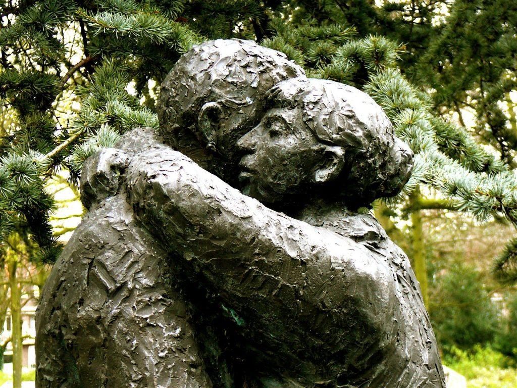 Estatuta abrazo perdon