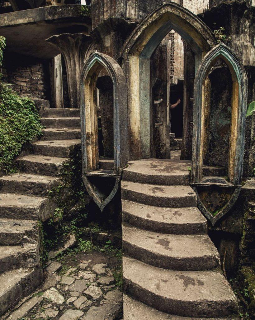 Jardín arcos escaleras