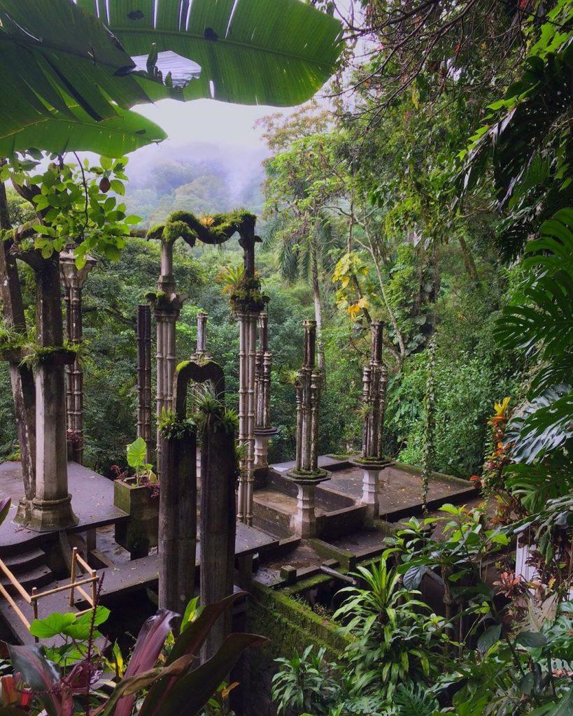 Jardín columnas piedra