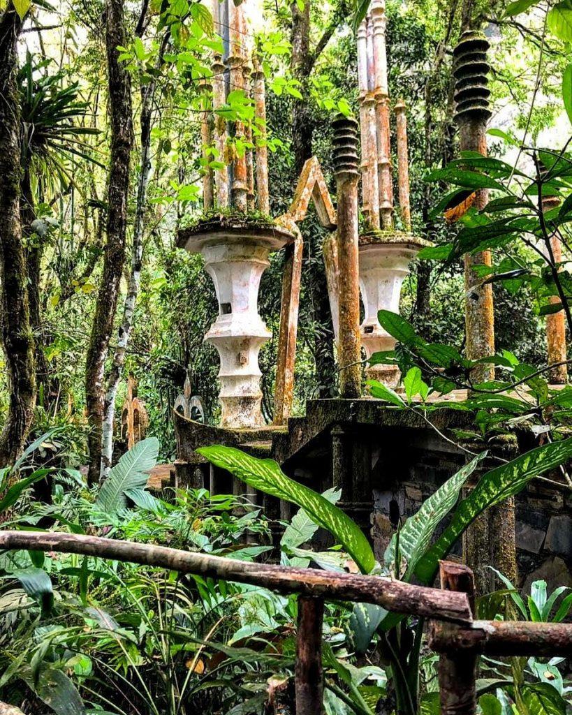 Jardín surrealista árboles