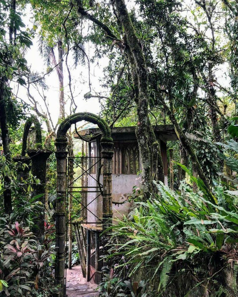 Jardín surrealista arcos