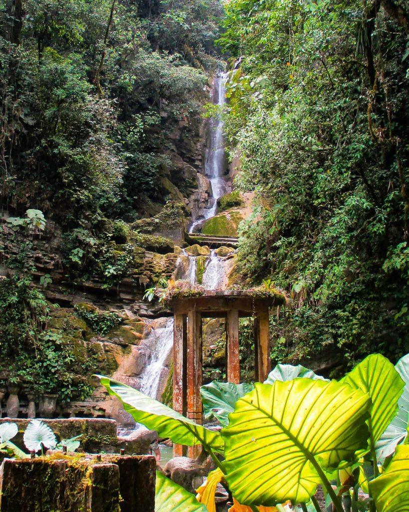 Jardín surrealista cascada