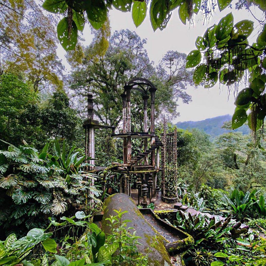 Jardín surrealista escalera