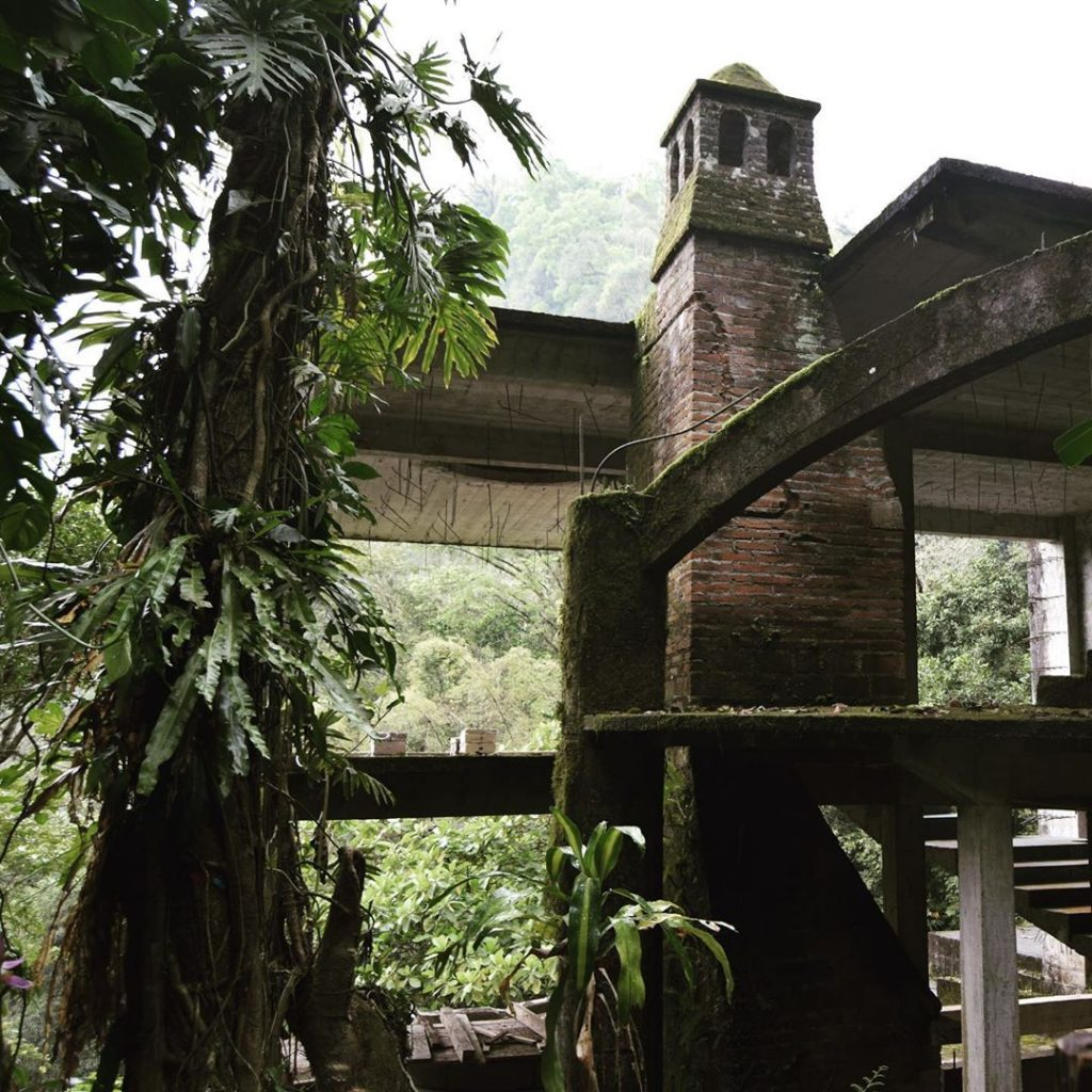 Jardín surrealista torre