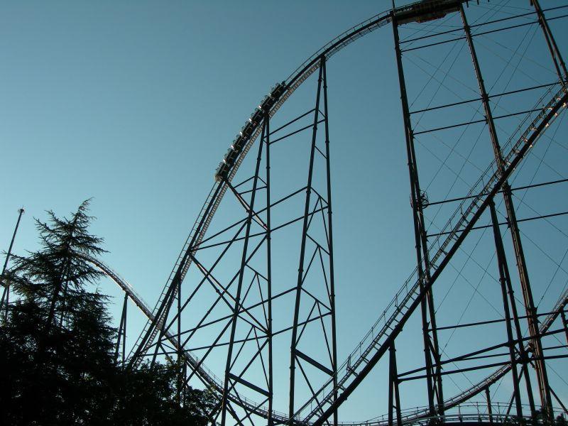 Parques de atracciones montaña rusa vacía