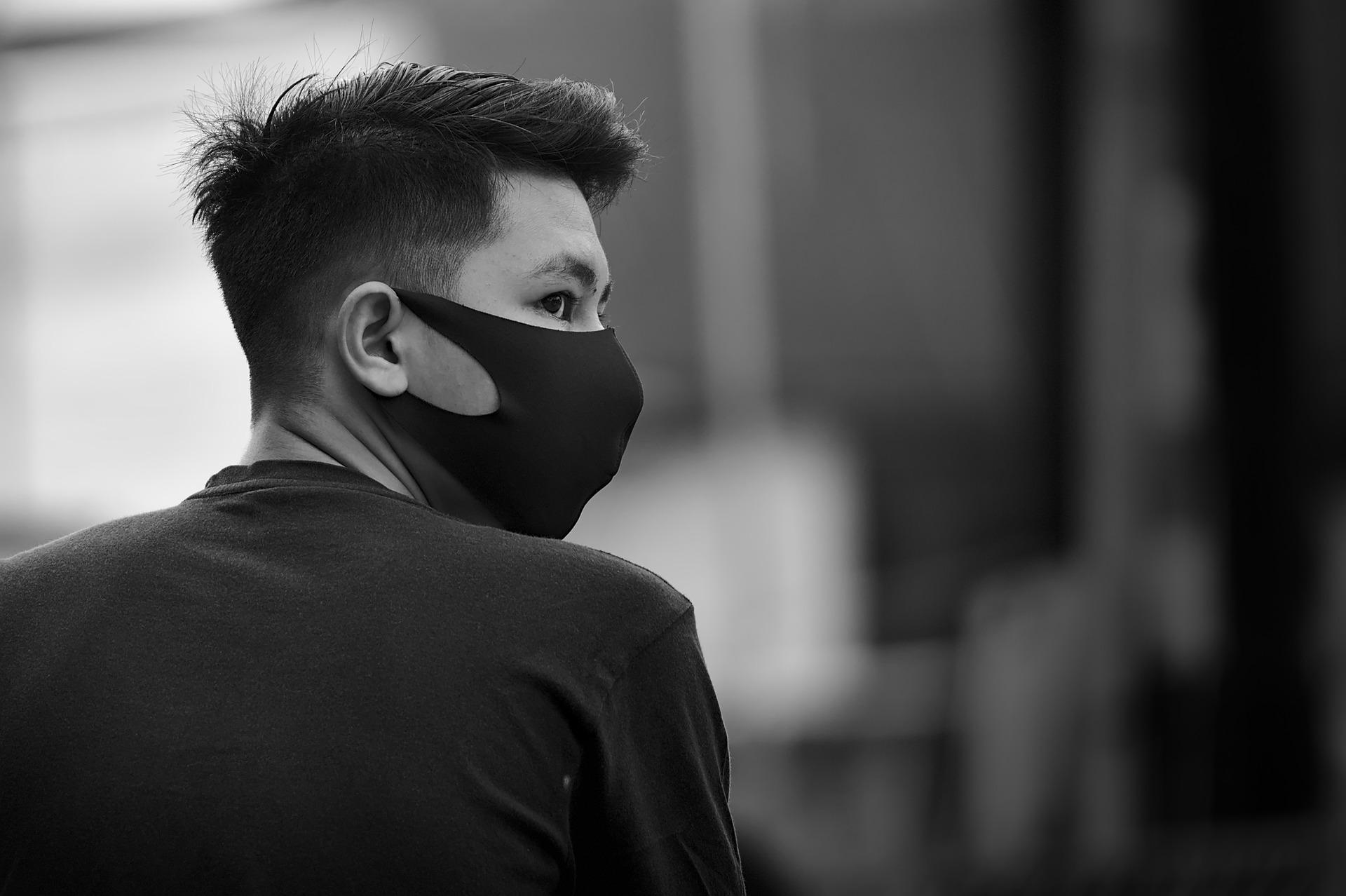 chico asiático mascarilla