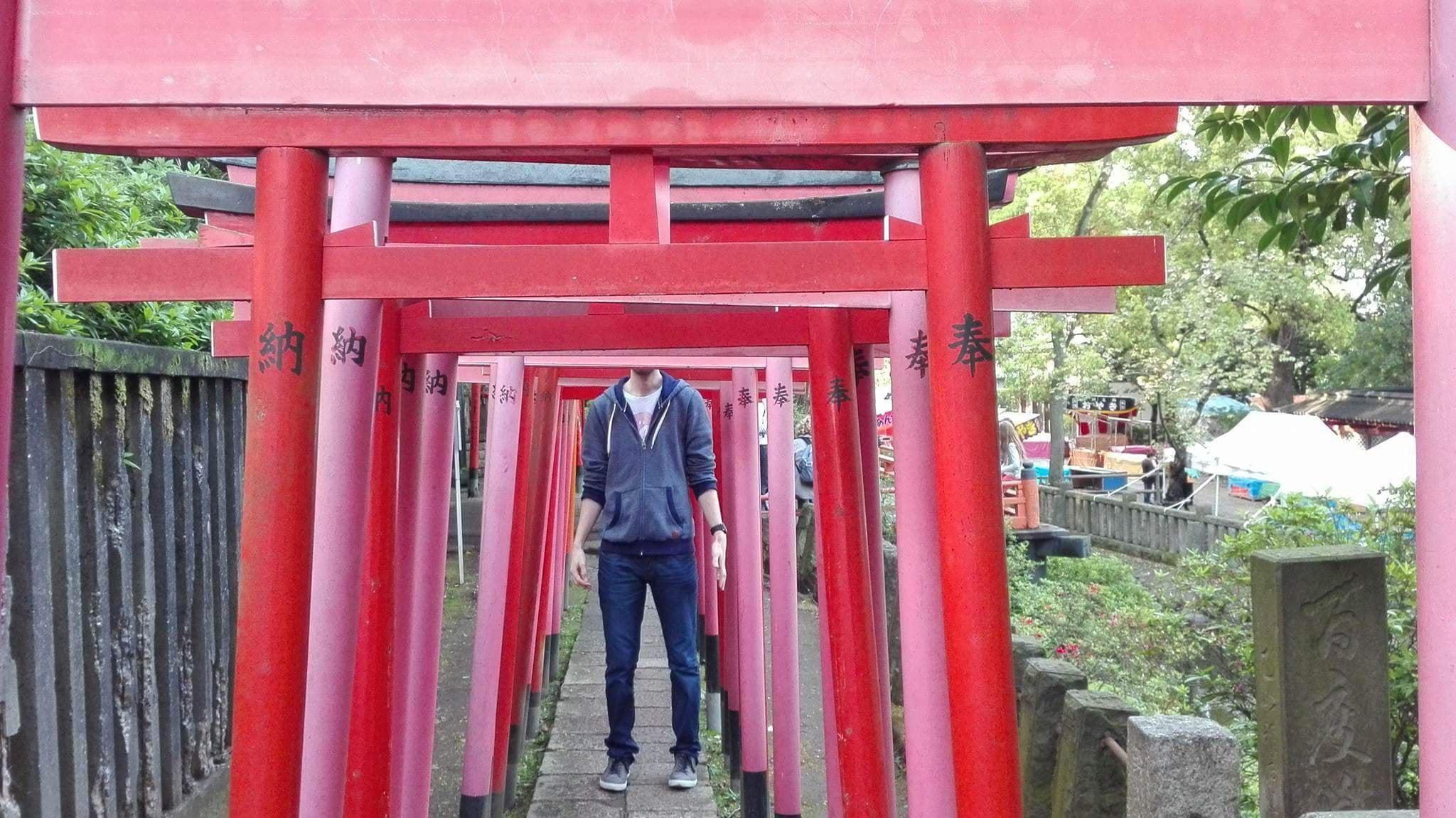 arcos japoneses hombre alto turista