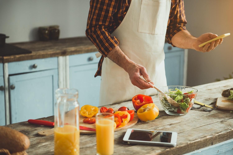 móvil en la cocina