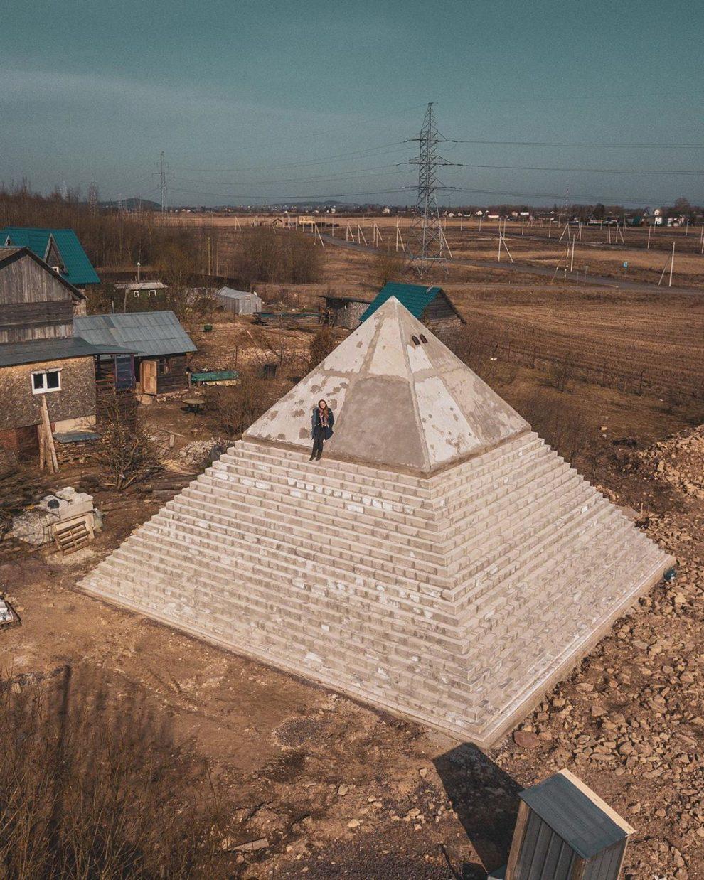 mujer piramide