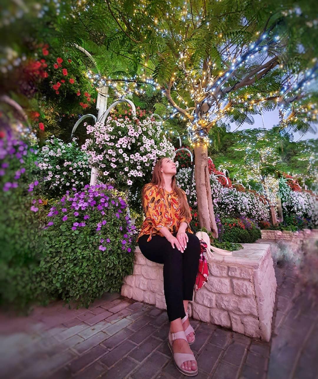 chica en el jardín