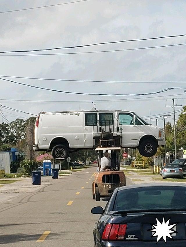 torillo subiendo furgoneta