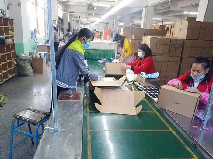 chinas trabajando fábrica