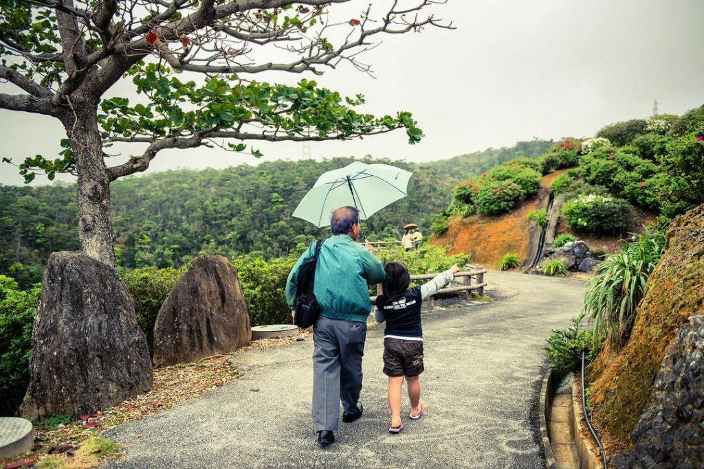 Abuelo y nieto paseo pueblo japonés longevidad