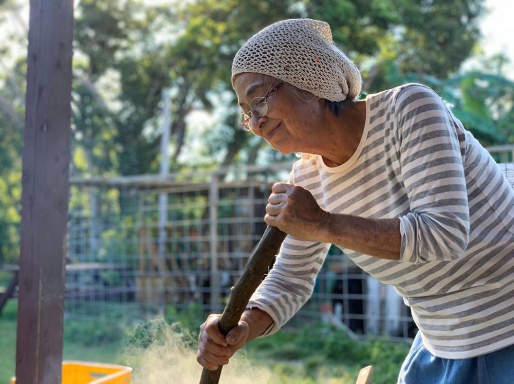 Anciana huerto pueblo japonés longevidad