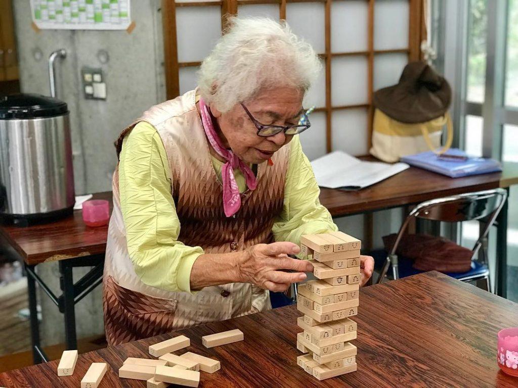 Anciana juego pueblo japonés longevidad