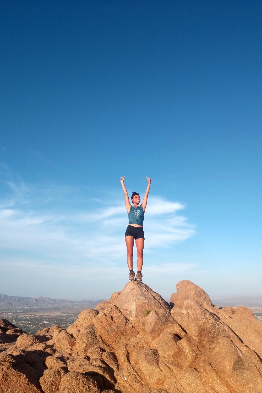 Mujer en una montaña