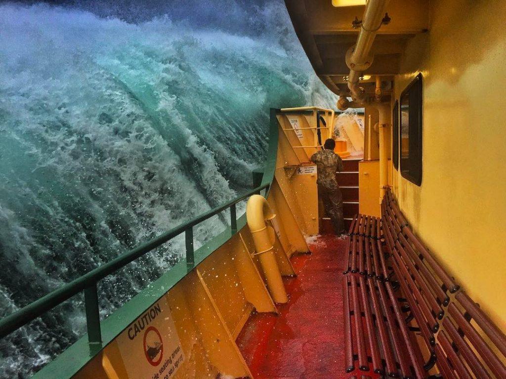 Ola gigante barco