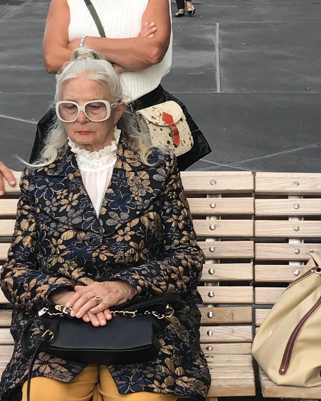 mujer sentada en banco