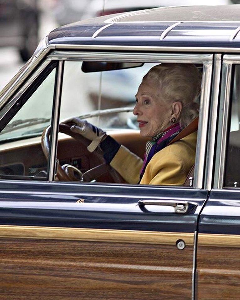abuela rica conduciendo