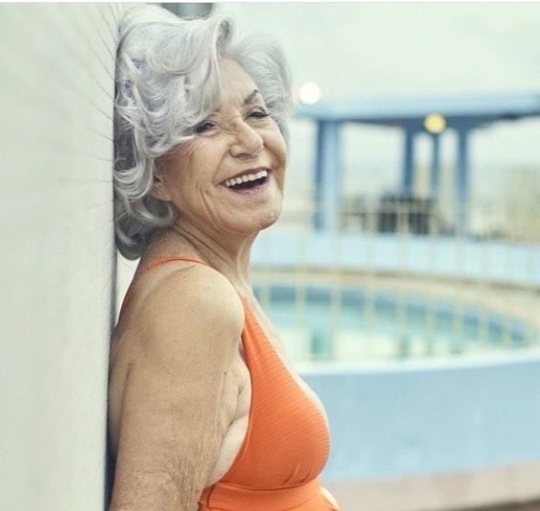 anciana hermosa sonriendo