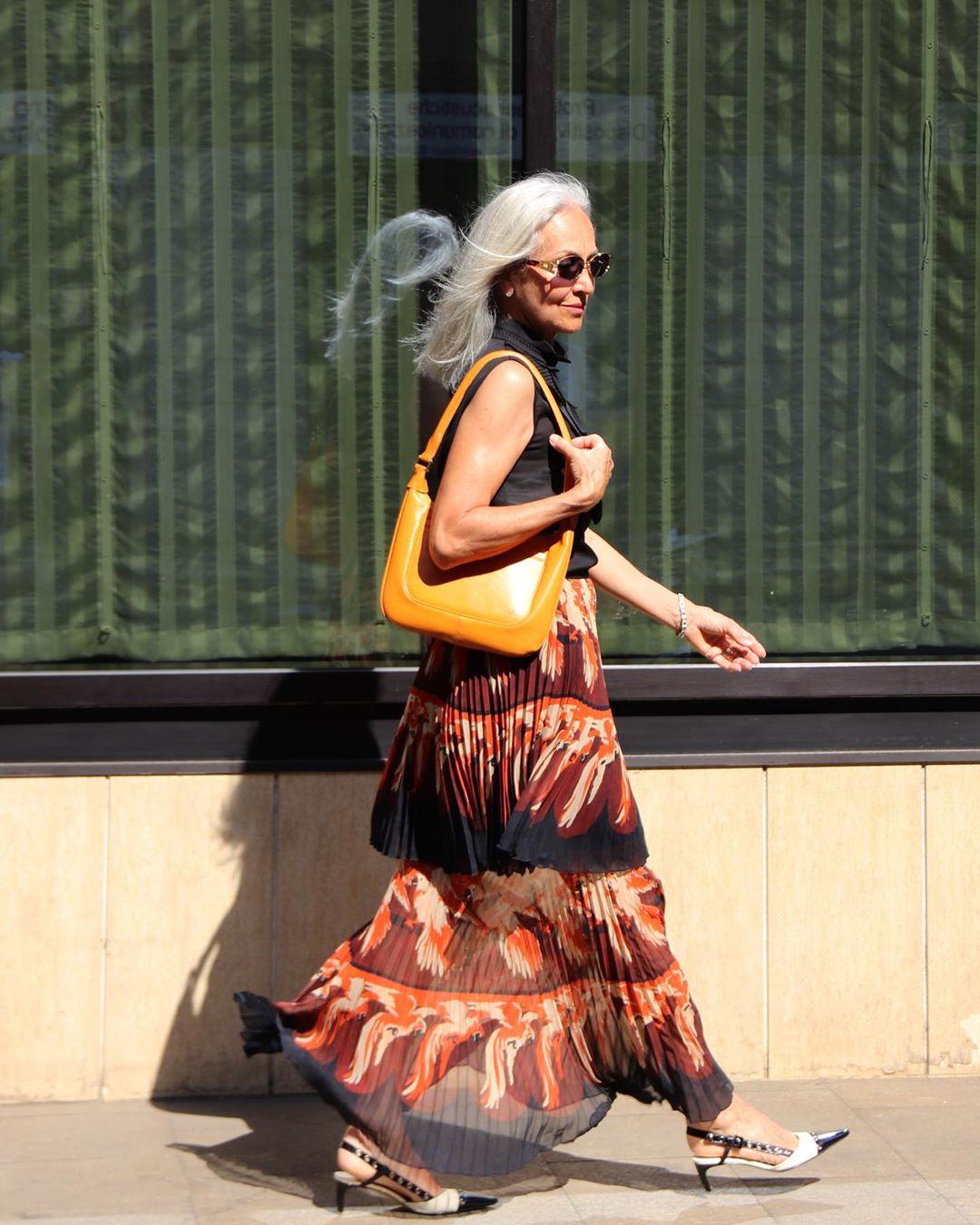 mujer andando por la calle