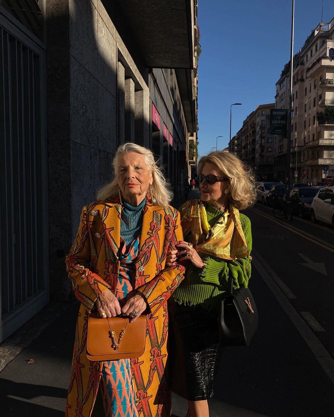 señoras estilosas andando por la calle