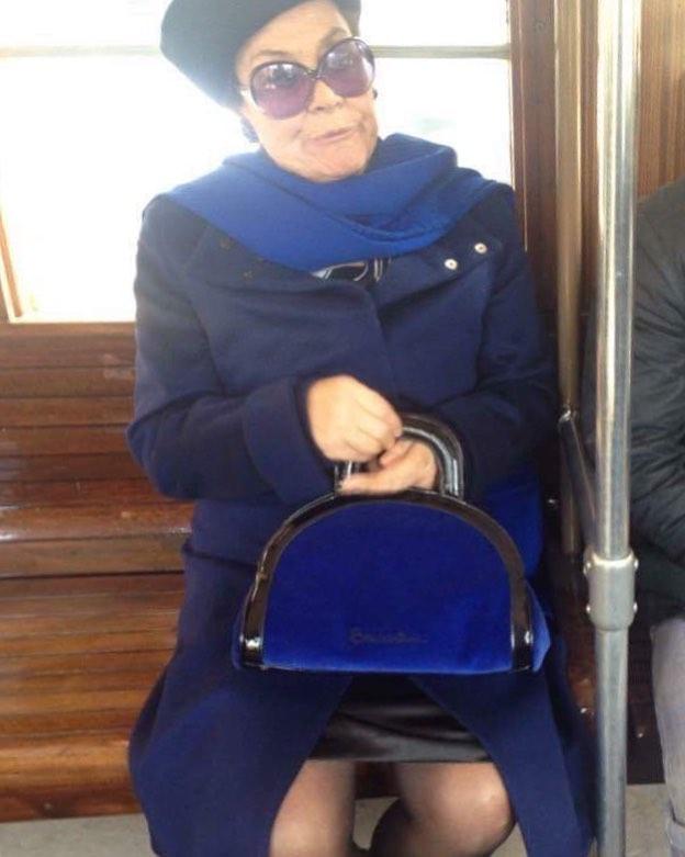 señora rica en el tranvía
