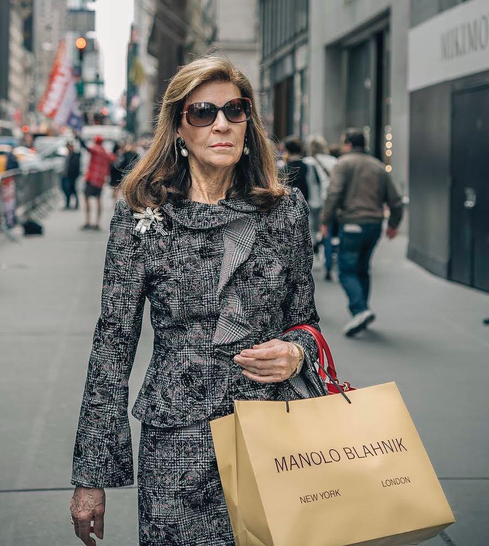 señora con bolsa de Manolo Blahnik
