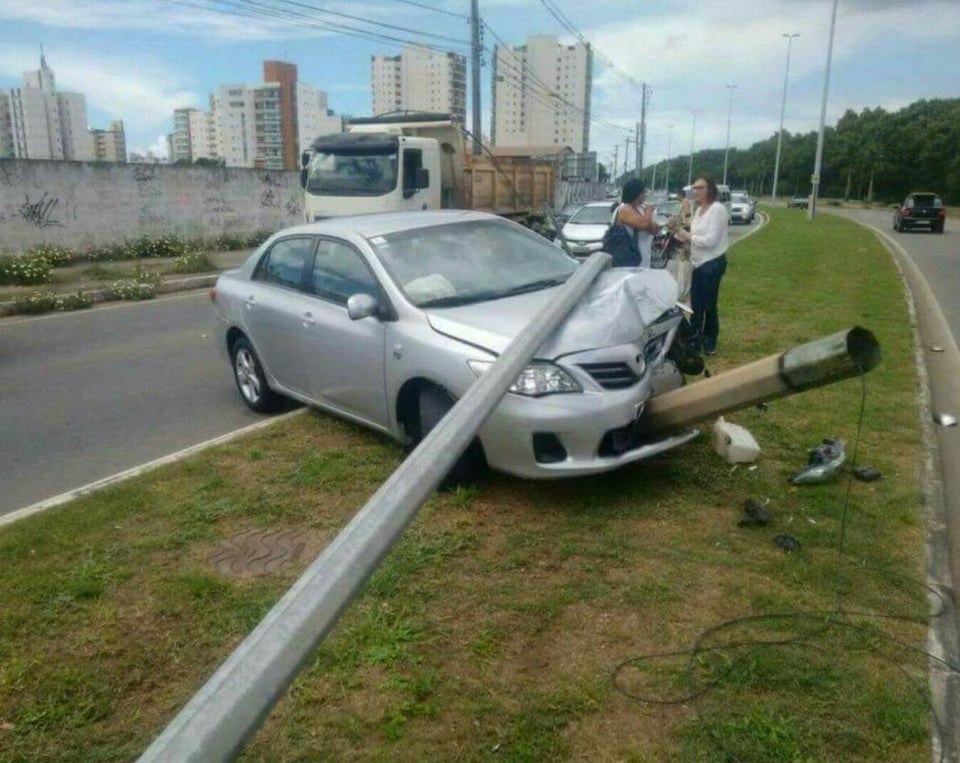 accidente de choche con farola