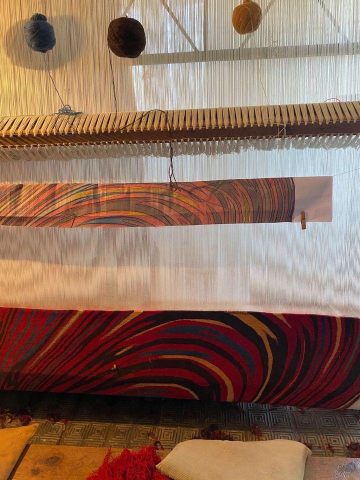 telar tejiendo alfombra