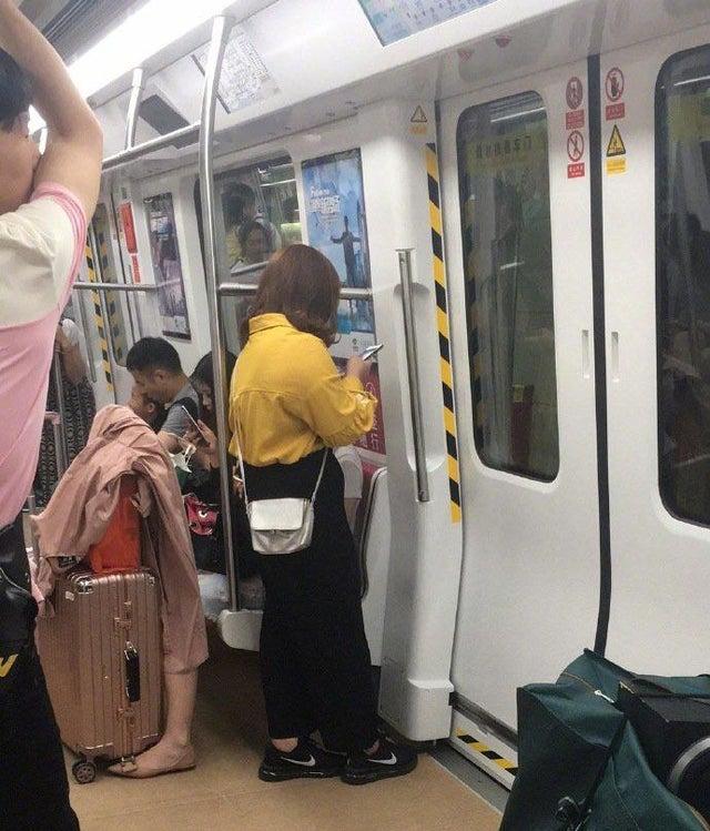 viajeros en metro