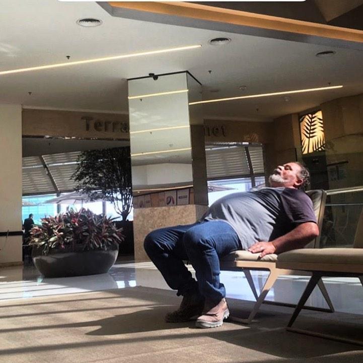 hombre dormido en lugar público