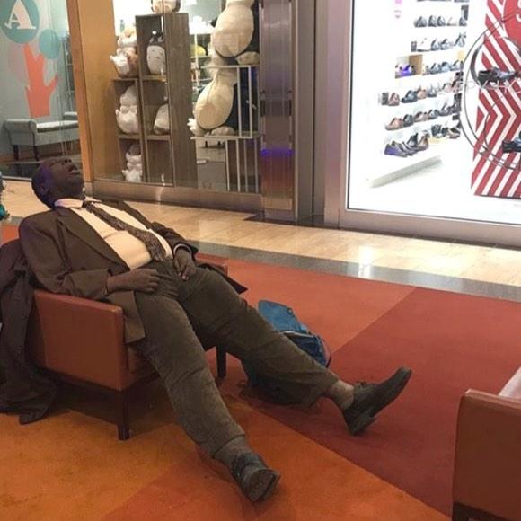 hombre dormido en un sillón