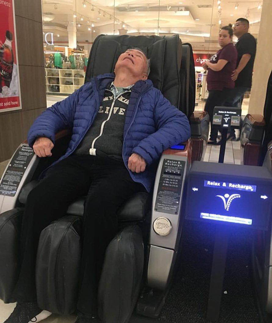 dormido en un sillón de masajes
