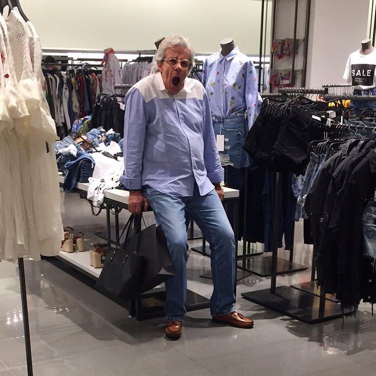 hombre aburrido de comprar