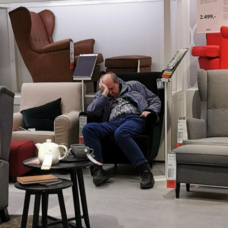 hombre dormido en tienda