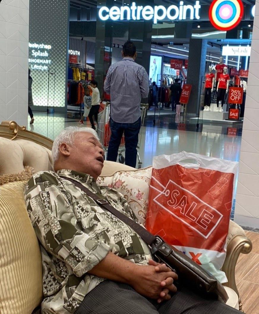 chino durmiendo en centro comercial
