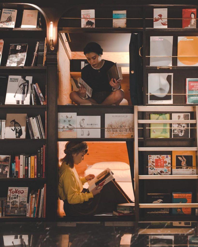 hoteles biblioteca estantes