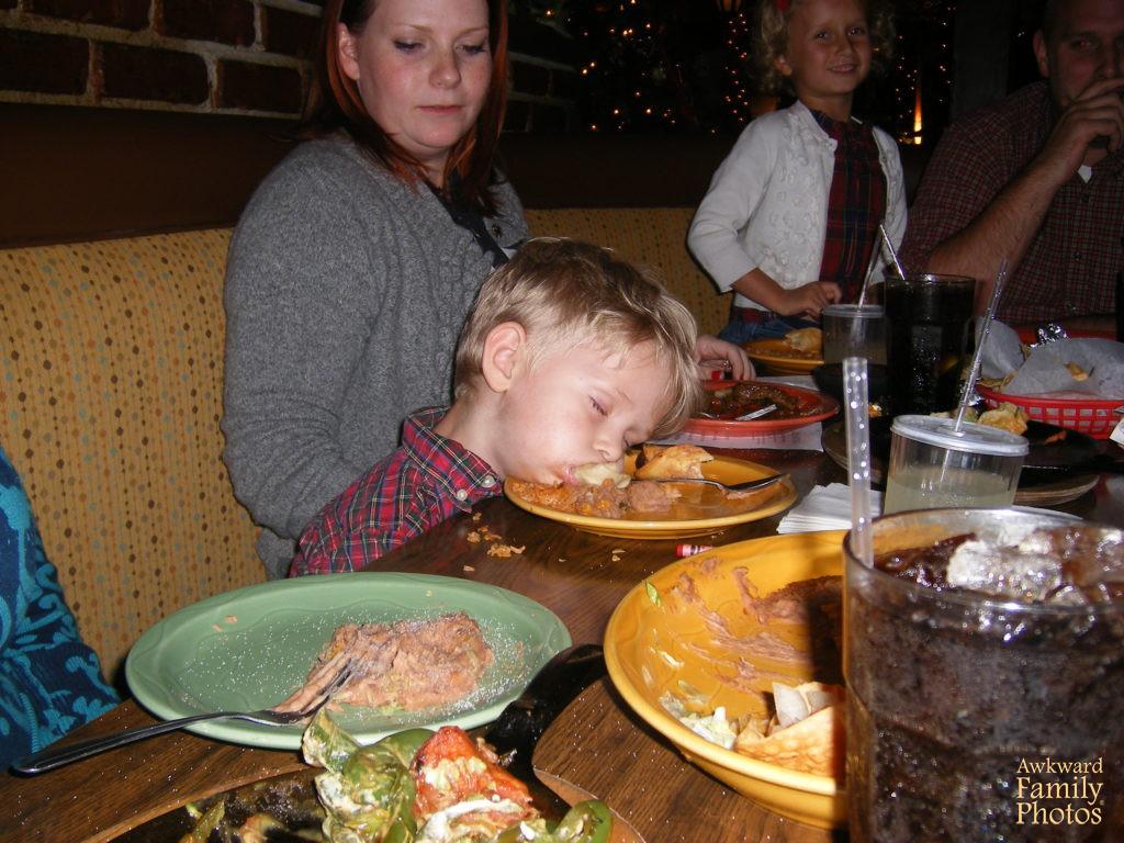 niño durmiendo sobre comida
