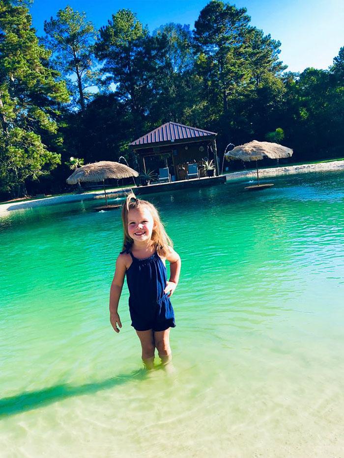niña en piscina natural