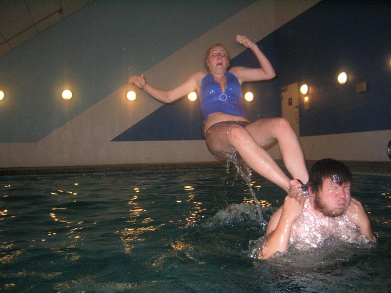 chica resbala en piscina