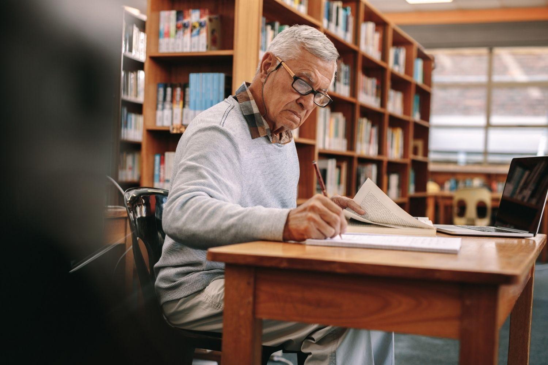 anciano estudia